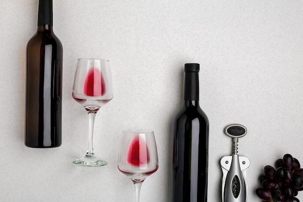 Zwei gläser rotwein und trauben draufsicht