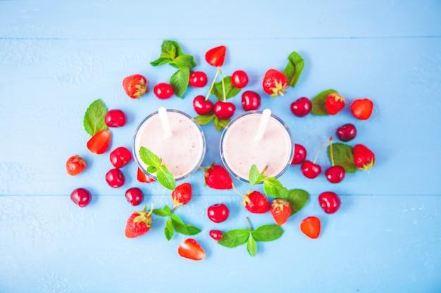 Zwei gläser smoothies aus milch
