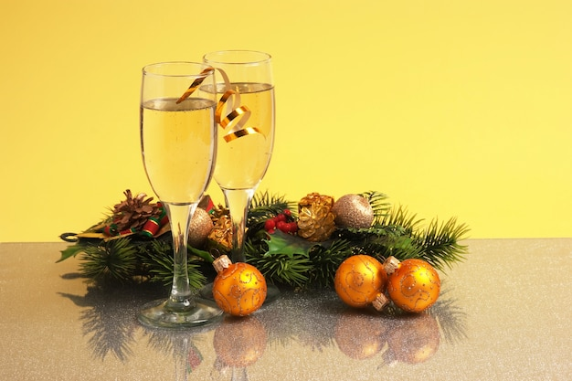 Zwei gläser wein und weihnachtsdekoration