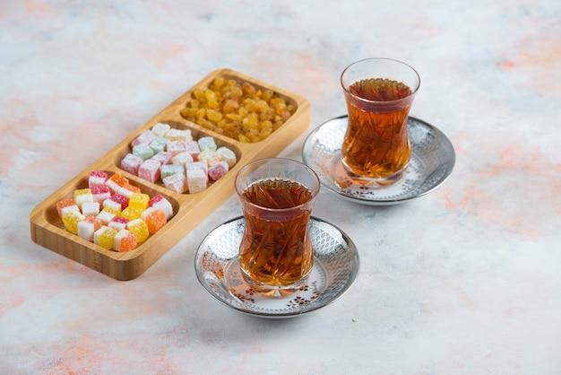 Zwei glas tee und türkische köstlichkeiten