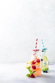 Zwei glasflaschen mit limonade