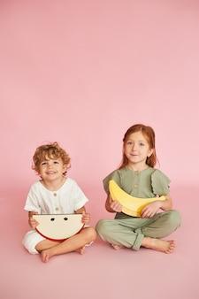 Zwei glückliche kinder