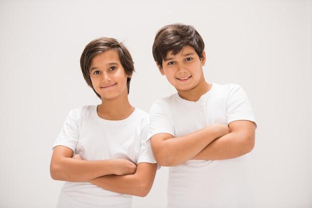 Zwei glückliche lächelnde jungen