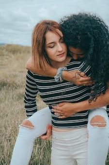 Zwei glückliche lesben stehen übereinander
