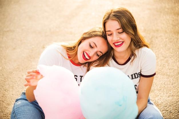 Zwei glückliche lesbische paare mit zuckerwatte