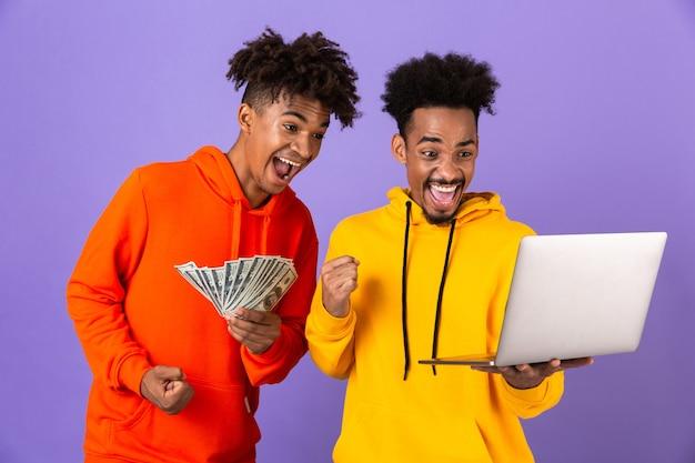Zwei glückliche männliche freunde in bunten kapuzenpullis