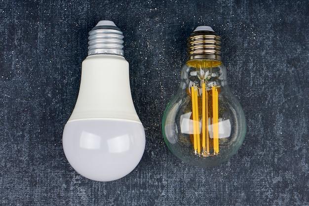 Zwei glühbirnen-led