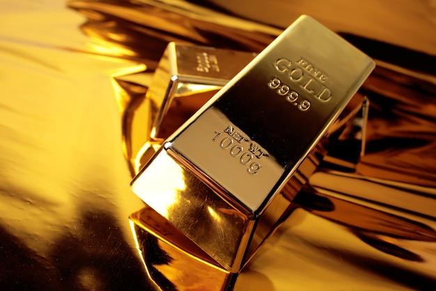 Zwei goldbarren auf einem goldenen