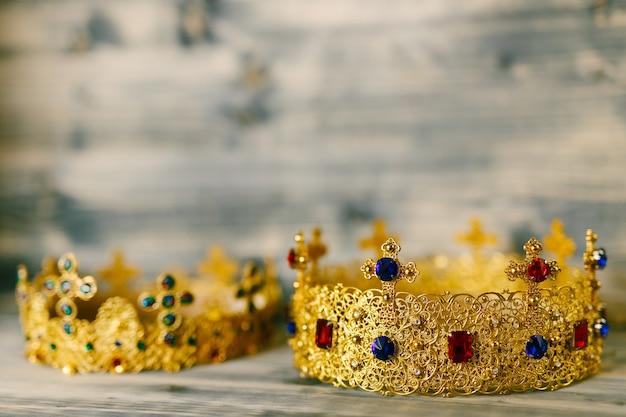 Zwei goldene kronen mit edelsteinen für eine religiöse hochzeit in einer orthodoxen kirche