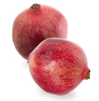 Zwei große reife rote granat. stellen sie früchte des roten reifen granatapfels auf den weißen hintergrund. vegetarisches konzept.