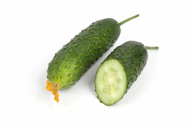 Zwei grüne gurken isoliert