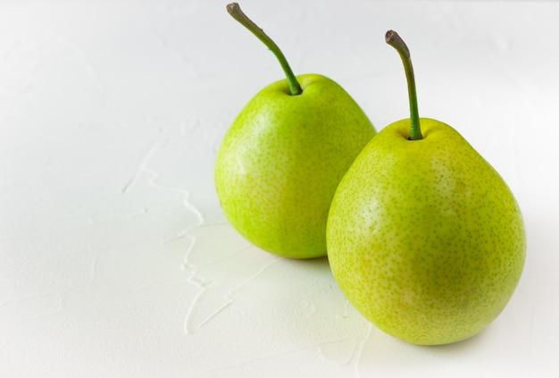 Zwei grüne reife birnen