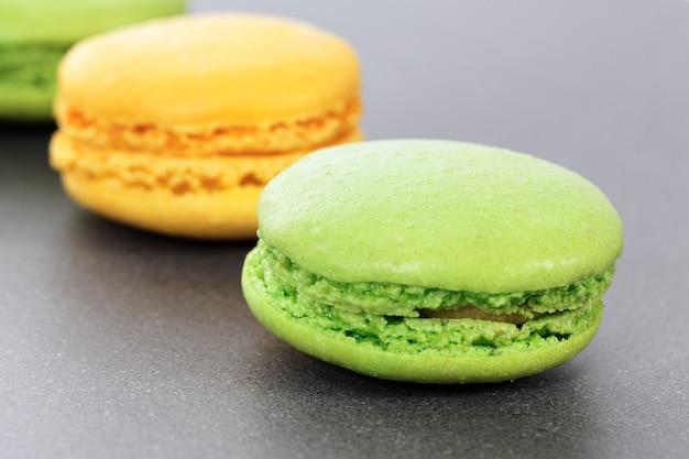 Zwei grüne und gelbe makronen in der küche