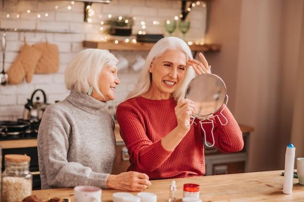 Zwei gut aussehende ältere frauen, die glücklich und fröhlich aussehen