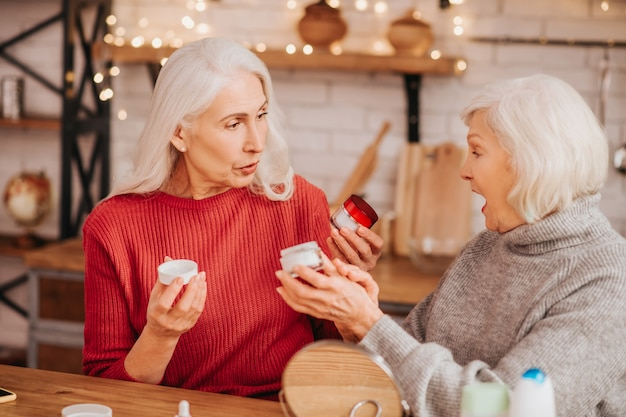 Zwei gut aussehende ältere frauen sprechen über hauttypen