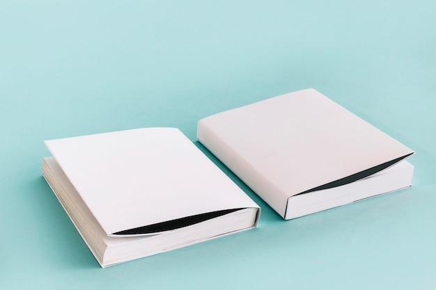 Zwei gute weiße bücher Kostenlose Fotos