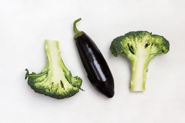Zwei hälften brokkoli und auberginen