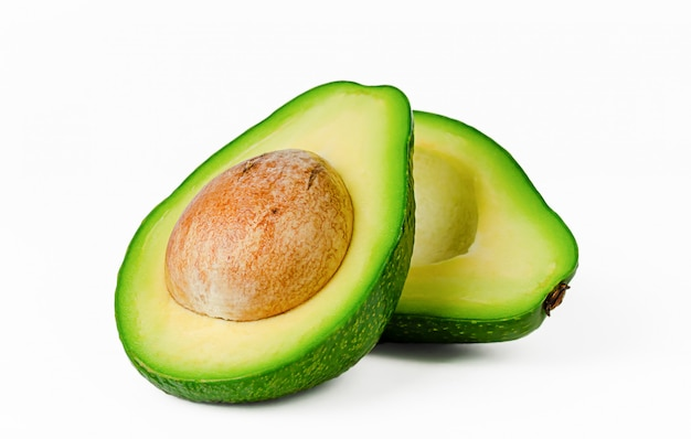 Zwei hälften der frischen avocado lokalisiert auf weißem raum. gestaltungselement für produktetikett, katalogdruck.