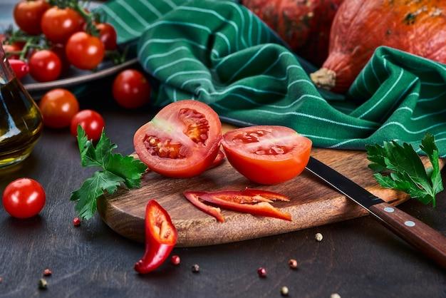 Zwei hälften einer reifen roten tomate auf dem tisch