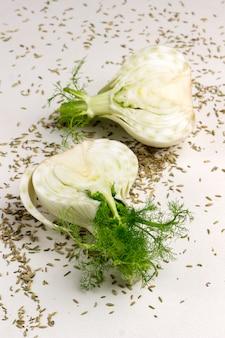 Zwei hälften fenchelknolle, fenchelsamen auf dem tisch. gesundes essen