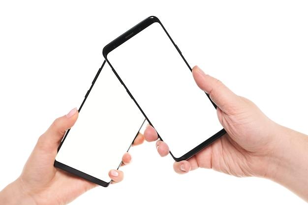 Zwei hände, die den leeren bildschirm des smartphones mit modernem rahmenlosem design halten, während die drahtlose datenübertragung über nfc isoliert auf weißem hintergrund verbunden ist