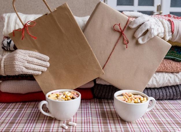 Zwei hände geschenke tasse kaffeebox tasche rot weihnachten neujahr lieferung