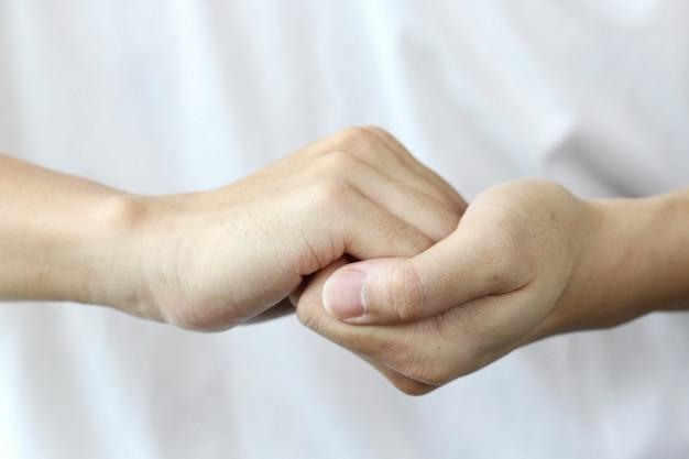 Zwei hände halten, helfen