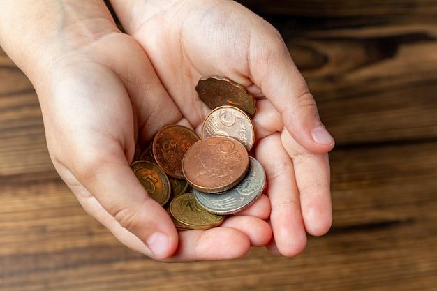 Zwei hände halten münzen