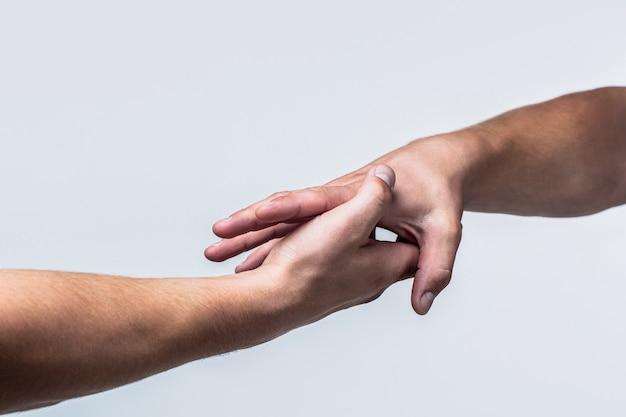Zwei hände, helfender arm eines freundes, teamwork. rettung, helfende geste oder hände. nahaufnahme hilfe hand. hilfendes handkonzept, unterstützung.