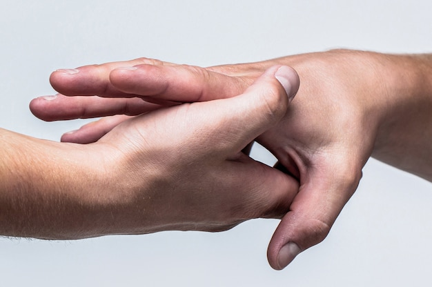 Zwei hände, helfender arm eines freundes, teamwork. rettung, helfende geste oder hände. schließen sie die hilfe-hand. helfende hand konzept, unterstützung