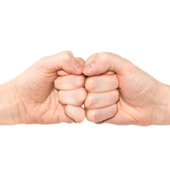 Zwei hände mit fäusten stoßen isoliert auf weißem hintergrund