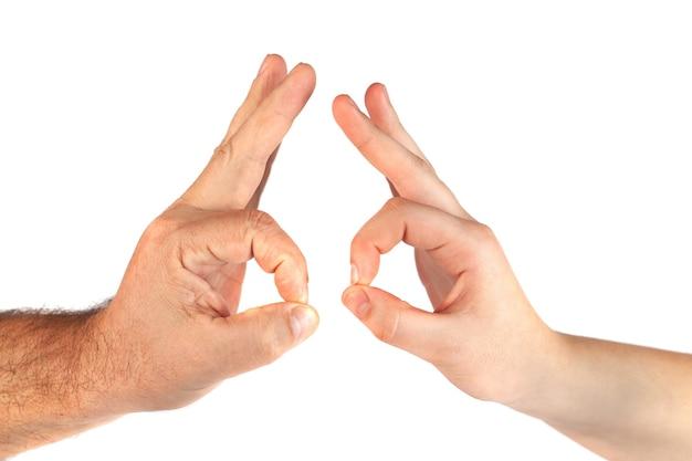 Zwei hände nehmen geste des ok-zeichens auf weiß