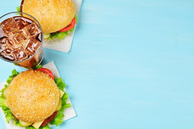 Zwei hamburger und cola