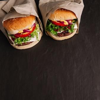 Zwei hamburger und platz auf der unterseite