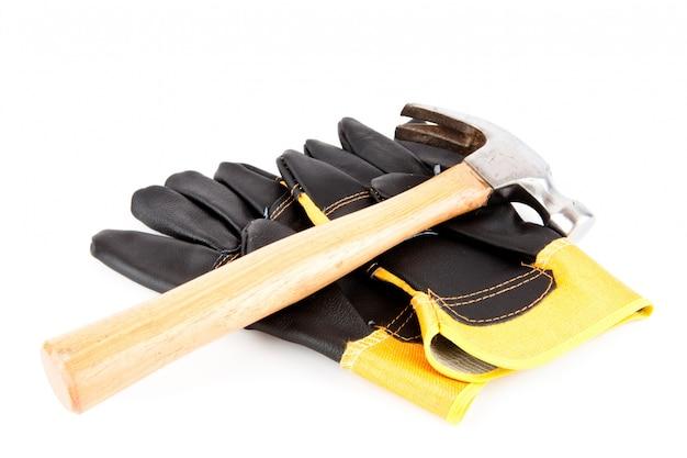 Zwei handschuhe des erbauers und ein hammer
