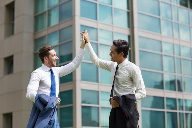 Zwei happy business männer hoch fiving im freien