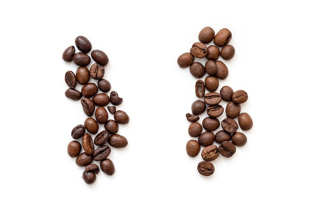 Zwei haufen kaffeebohnen robusta und arabica draufsicht auf geröstete kaffeebohnen