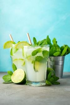 Zwei hausgemachte limonade mit limette