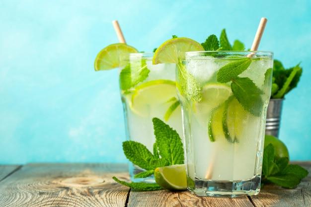 Zwei hausgemachte mojito-cocktail mit limette