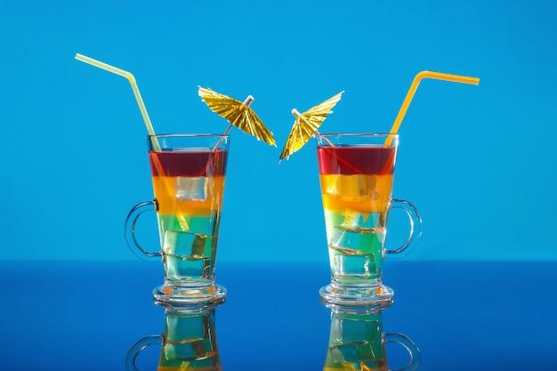 Zwei helle sommercocktail in einem glas