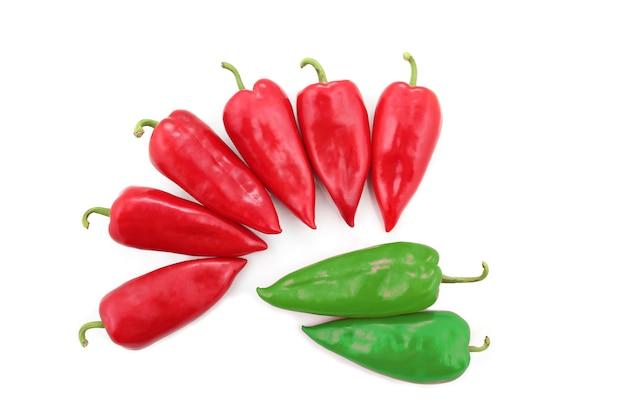 Zwei hellgrüne und sechs rote paprika