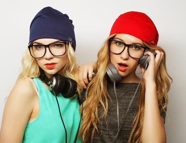 Zwei hippie-mädchen der besten freunde