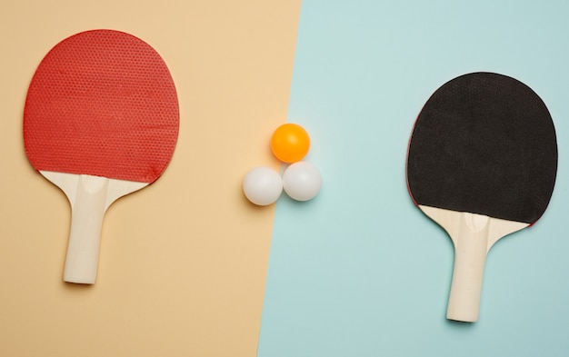 Zwei holzschläger und plastikbälle zum tischtennis spielen