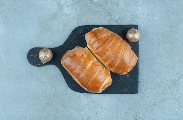 Zwei hotdogs auf einer tafel auf marmor.