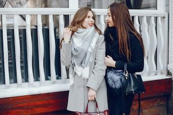 Zwei hübsches Mädchen in einer Winterstadt