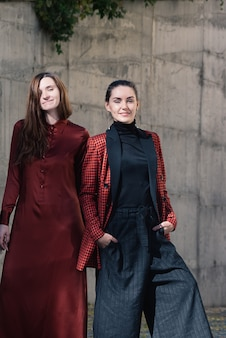 Zwei hübsche junge frauen fashion street style