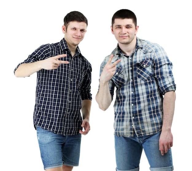 Zwei hübsche junge männer isoliert auf weiß