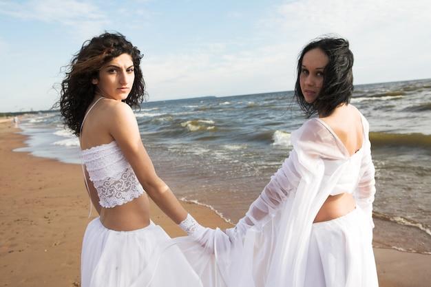 Zwei hübsche mädchen in weiß