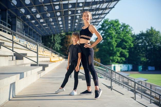 Zwei hübsche sportliche mädchen, die sich nach dem training im freien entspannen