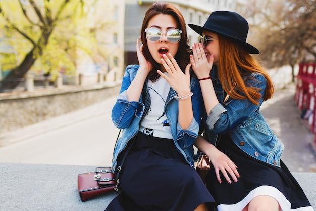 Zwei hübsche süße teenager teilen geheimnisse